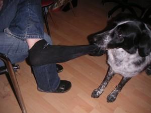 Mika zieht Socken aus