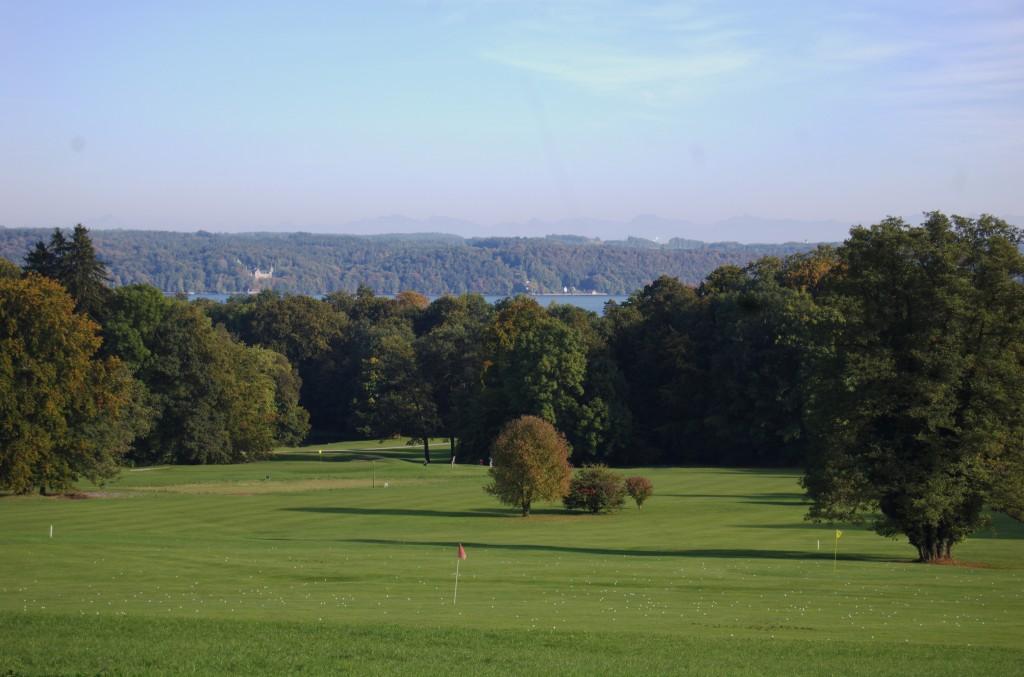 Blick über den Starnberger See und den Golfplatz Feldafing
