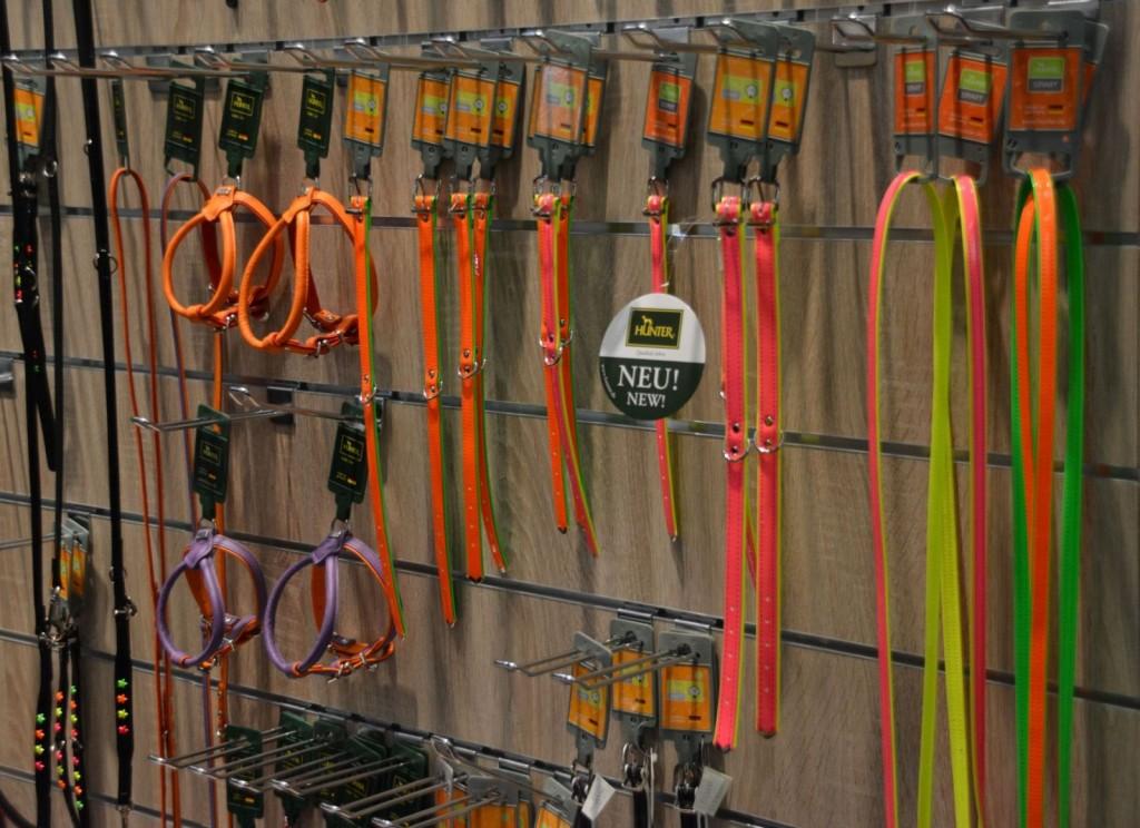 Jetzt ist der Neon-Trend auch bei den Hundeprodukten angekommen, hier eine Auswahl von Leinen und Geschirren am Stand von Hunter