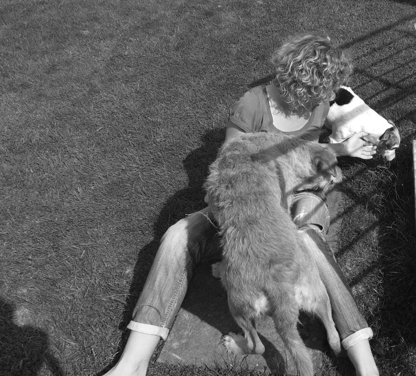 Anke im Kreise ihrer Fellnasen Leo und Lucy. Foto: Lucies Hundefutterblog