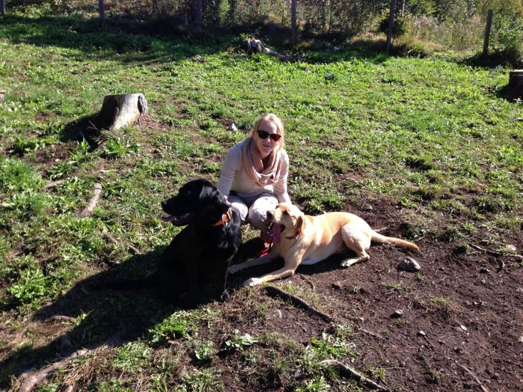 Julia und ihre beiden Fellnasen Leni und Cooper von Traveldog.at. Foto: Traveldog.at
