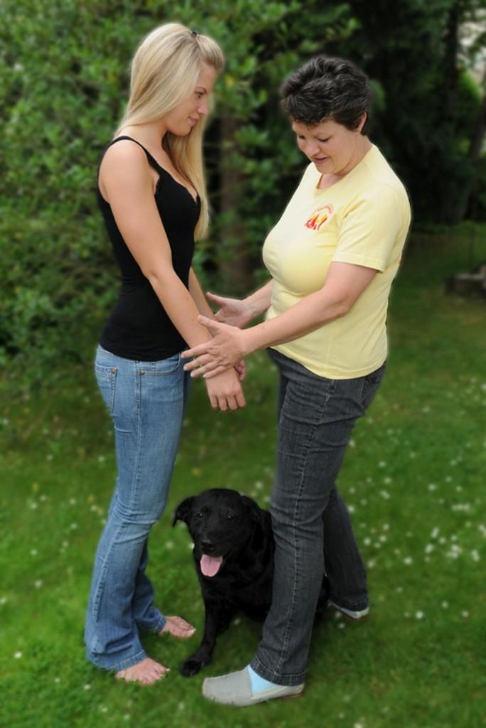 Bei der Tierkinesiologie wird der Kontakt zum Tier über eine Surrogatperson hergestellt. Foto: Thomas Redenz