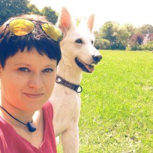 Matina Morber und ihre Weiße Schäferhündin Kio. Foto: privat